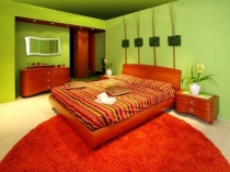 Красивый дизайн спальни в зеленых тонах, 26 ФОТО в интерьере, а также примеры бирюзовых спален и оливковых, выбор мебели и обоев, советы по сочетанию разных цветов